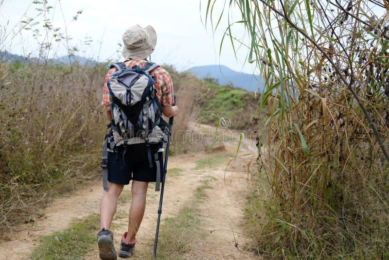 homme de randonneur de voyageur avec le sac à dos augmentant sur la montagne CCB de touriste images stock