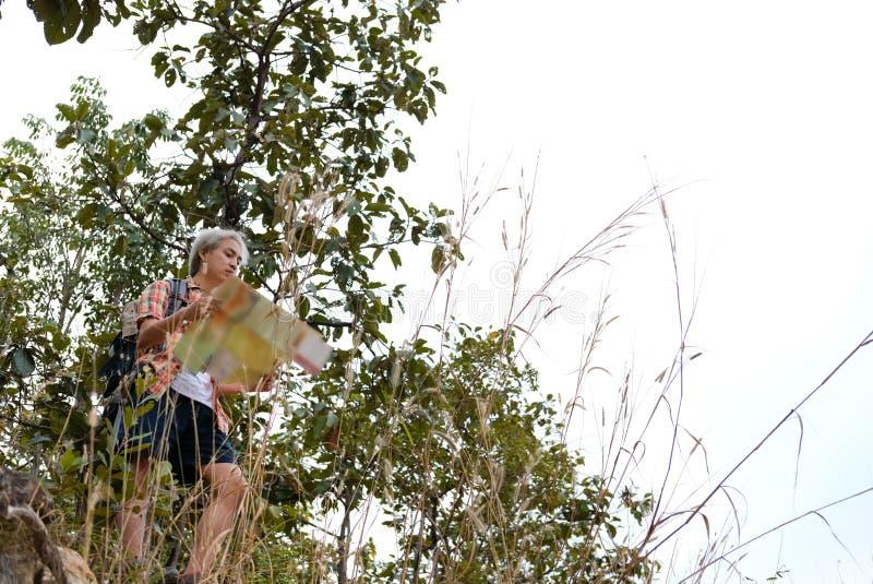 homme de randonneur de voyageur avec le sac à dos augmentant sur la montagne CCB de touriste photos stock