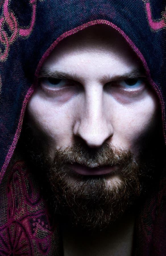 Homme de regard effrayant mystérieux photo stock