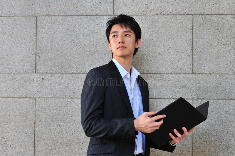 homme de regard occasionnel asiatique intelligent photo stock