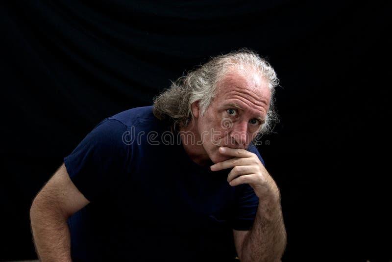 Homme de regard raboteux regardant fixement le visualisateur photographie stock