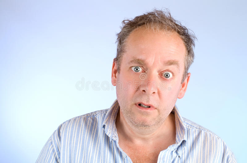 Homme de regard sérieux et délabré images stock