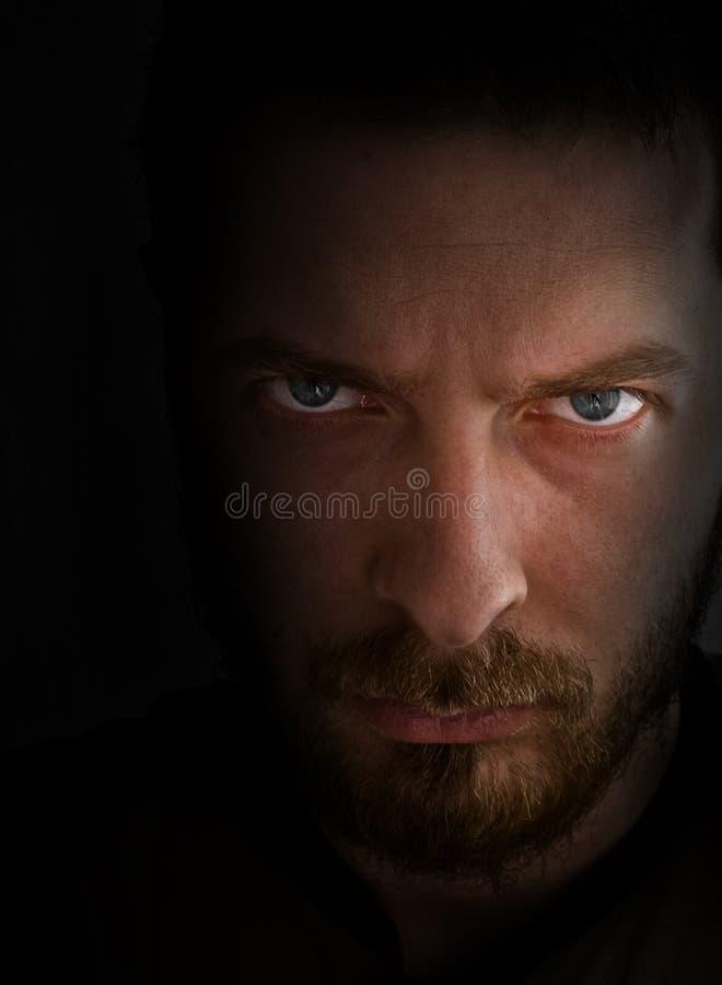 Homme de regard triste et fâché images libres de droits