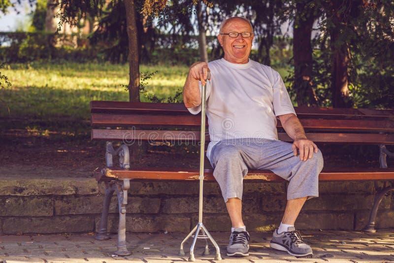 Homme de retraité avec son bâton de marche image libre de droits