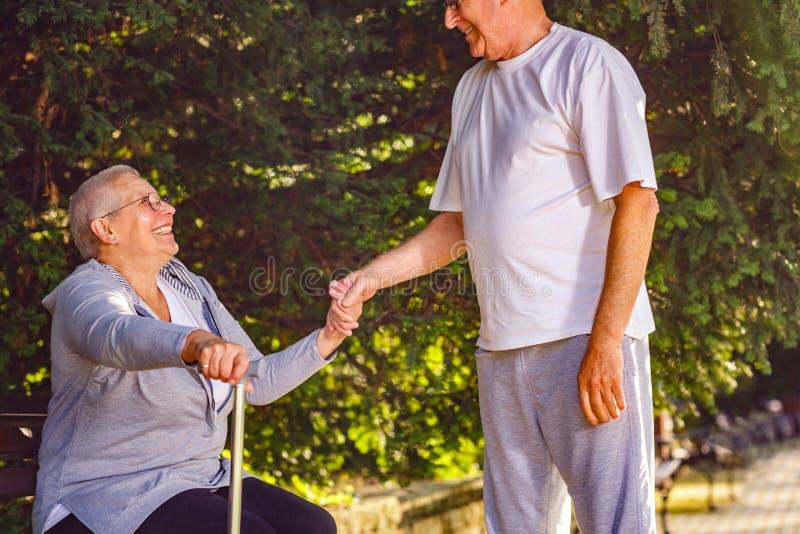 Homme de retraité soutenant l'épouse malade en parc photographie stock libre de droits