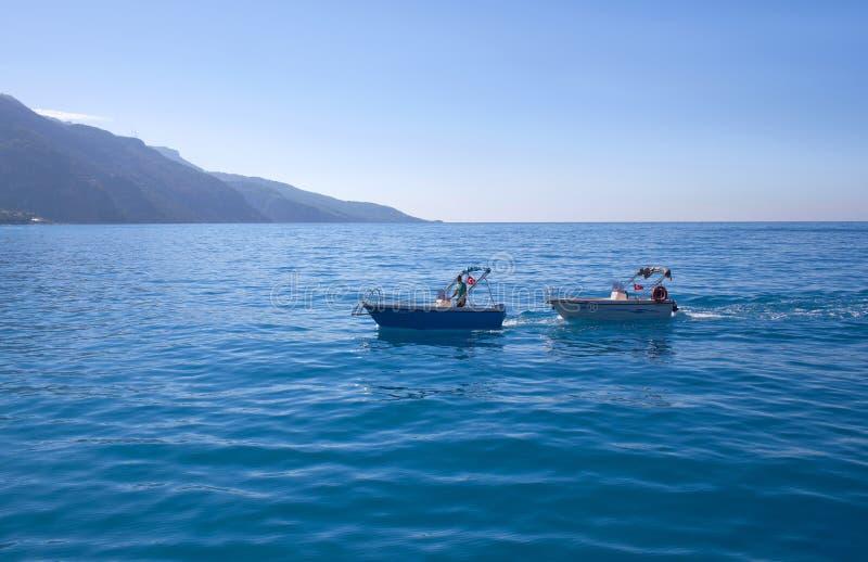 Homme de Salvor sur le bateau de récupération au-dessus de la mer calme, Turquie photos libres de droits
