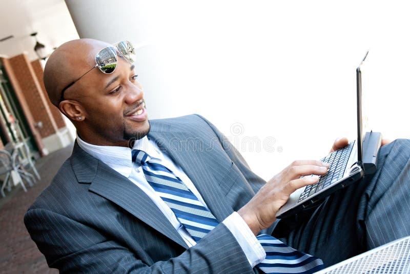Homme de secteur d'affaires de la téléphonie mobile travaillant en fonction photos libres de droits
