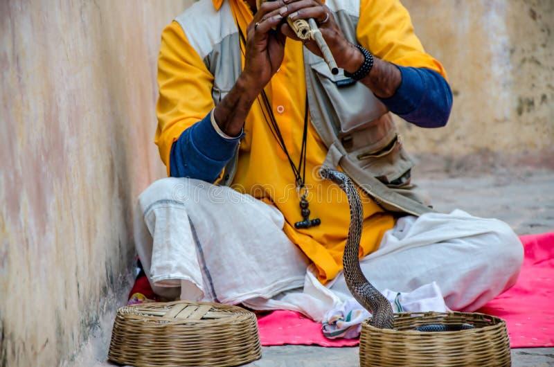 Homme de serpent chez Amber Fort Jaipur images stock