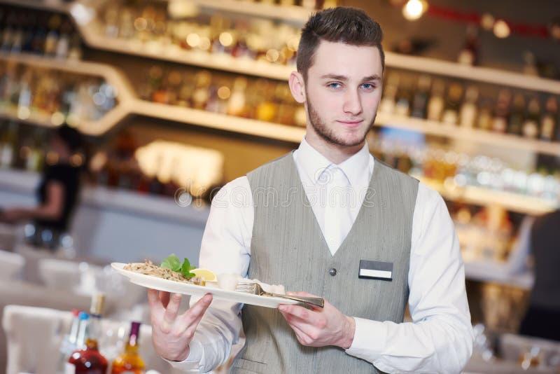 Homme de serveur dans le restaurant photos stock