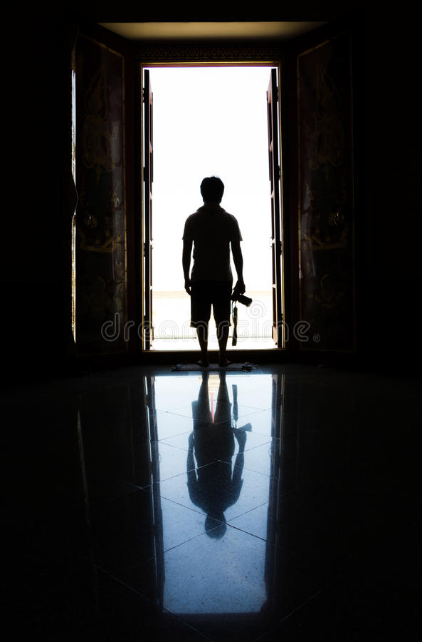 Homme de silhouette dans la porte photo libre de droits