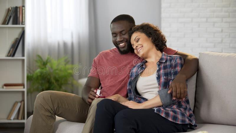 Homme de soin donnant l'anneau aimé de femme pour l'anniversaire, cadeau inattendu, surprise images stock