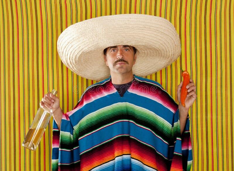 Homme de sombrero de tequila bu par /poivron mexicain de moustache image stock