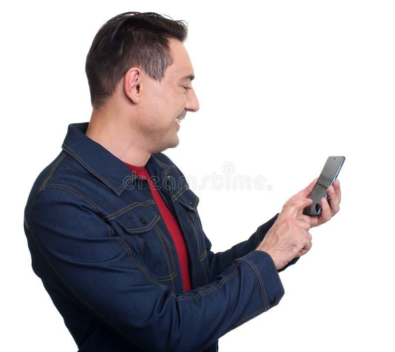 Homme de sourire à l'aide du téléphone portable d'isolement sur le blanc images libres de droits