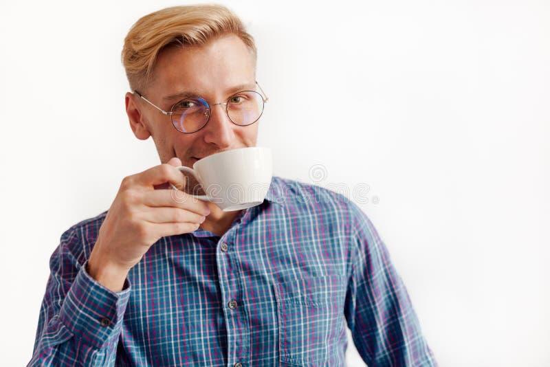 Homme de sourire bel avec la tasse photo libre de droits