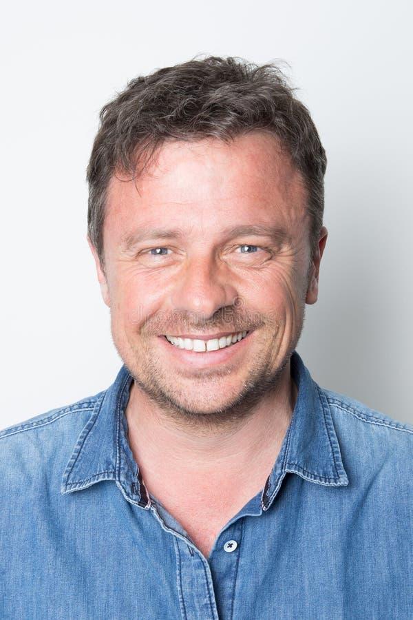 homme de sourire bel dans une chemise de jeans photos libres de droits