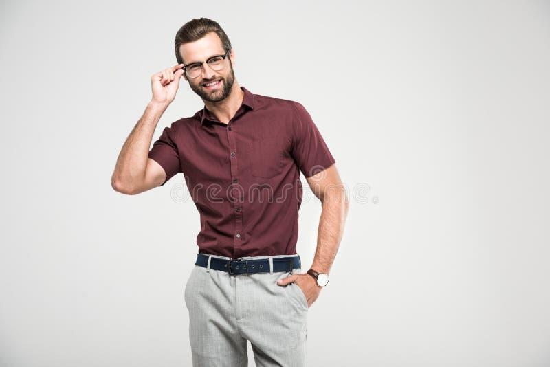 homme de sourire bel posant dans la fermeture occasionnelle et des lunettes photographie stock