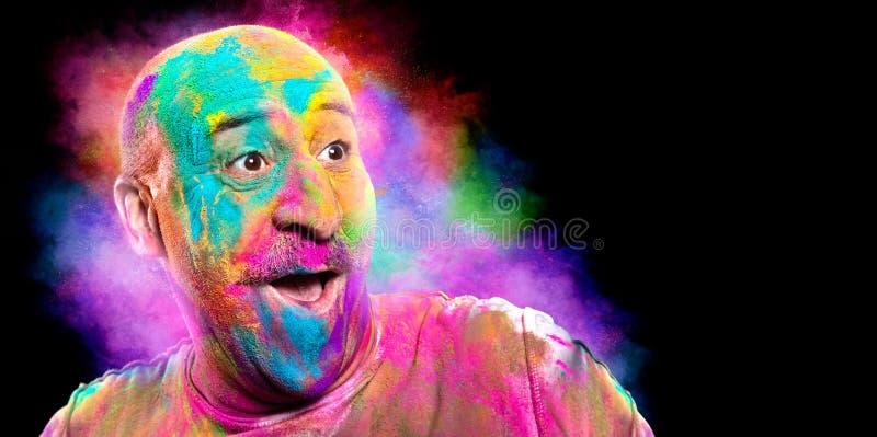 Homme de sourire chauve avec le visage color? ayant l'amusement Festival de couleur de Holi photographie stock libre de droits