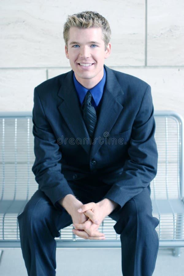 Homme de sourire d'affaires avec les mains pliées images libres de droits