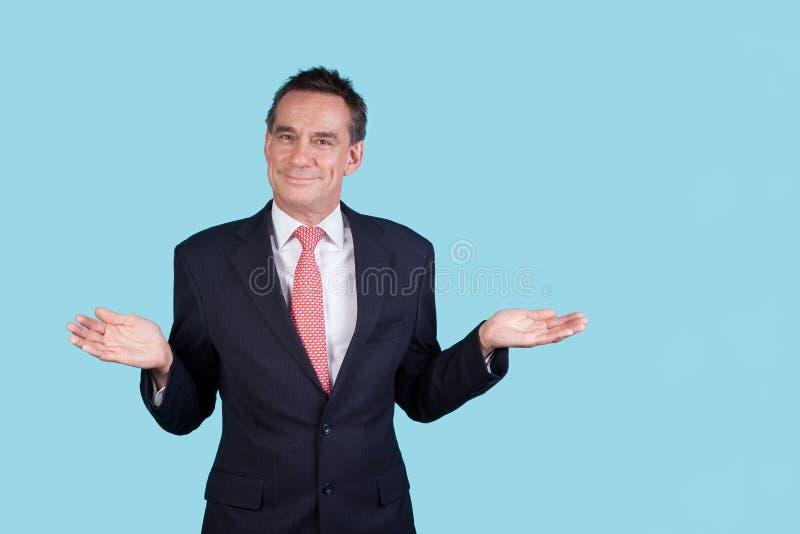 Homme de sourire d'affaires dans le procès sur le fond d'Aqua photographie stock libre de droits