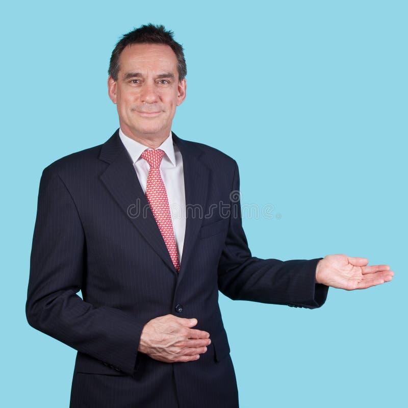 Homme de sourire d'affaires indiquant l'espace de copie photographie stock libre de droits