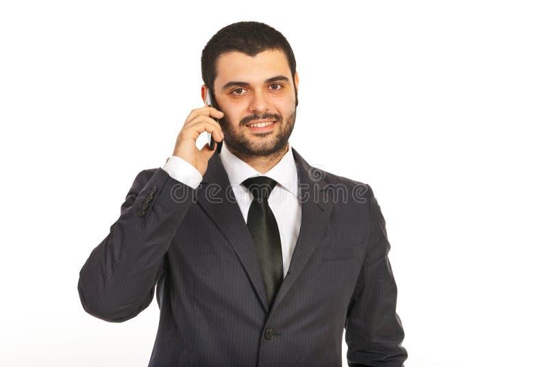 Homme de sourire d'affaires par le téléphone portable images libres de droits
