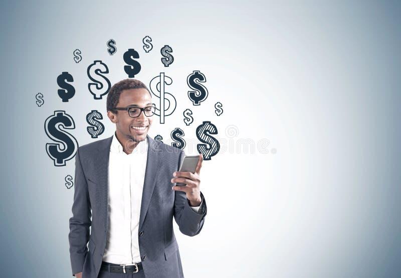 Homme de sourire d'Afro-américain, téléphone, symboles dollar image stock