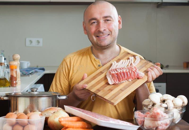 Download Homme De Sourire Dans La Cuisine Image stock - Image du cuisine, couleur: 45365367