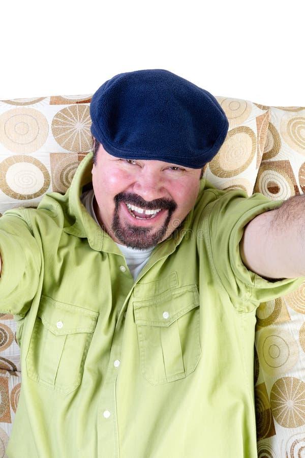 Homme de sourire dans le fauteuil prenant le selfie image stock