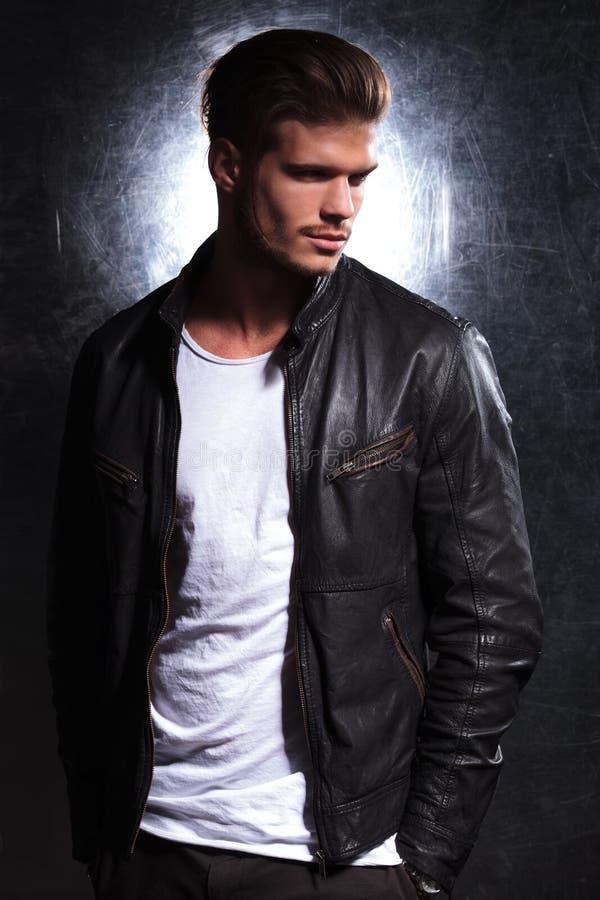 Homme de sourire de mode utilisant une veste en cuir photographie stock