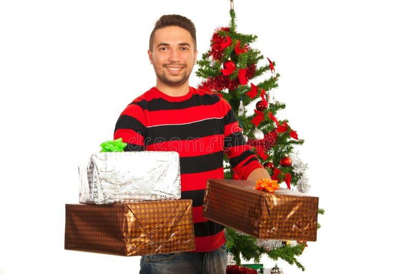 Homme de sourire donnant le cadeau de Noël photographie stock libre de droits