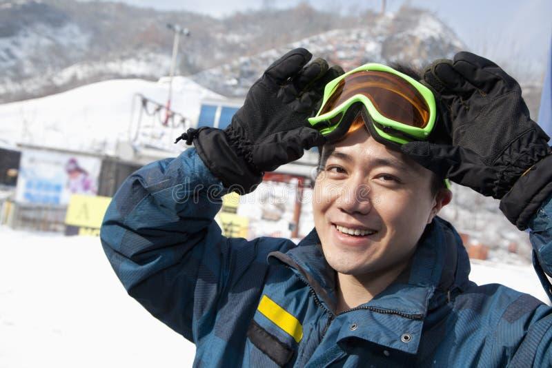 Homme de sourire en Ski Resort photo libre de droits