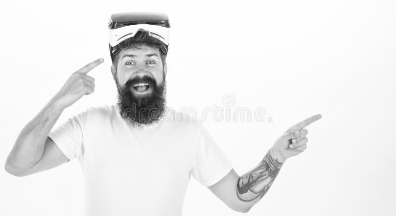 Homme de sourire gai regardant en verres de VR Une personne en verres virtuels vole dans l'espace de la chambre Jeu de VR images stock