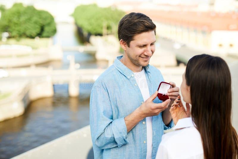 Homme de sourire montrant la bague de fiançailles image stock