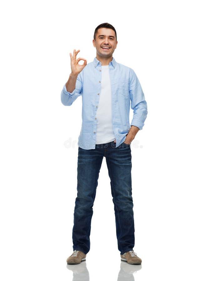 Homme de sourire montrant le signe correct de main image stock