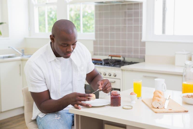 Download Homme De Sourire Prenant Son Petit Déjeuner Photo stock - Image du ménage, personne: 56484410