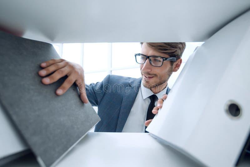 Homme de sourire regardant des documents images libres de droits