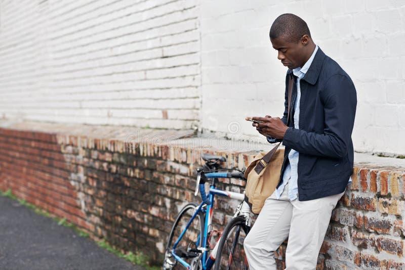 Homme de téléphone de bicyclette photos stock