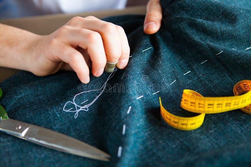 Homme de tailleur travaillant dans sa boutique de tailleur photo stock
