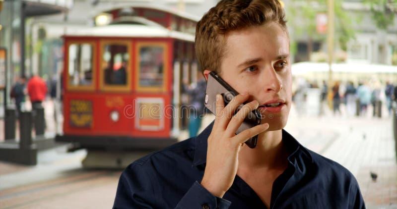 Homme de tenue professionnelle décontractée parlant sur le smartphone à San Francisco photo libre de droits