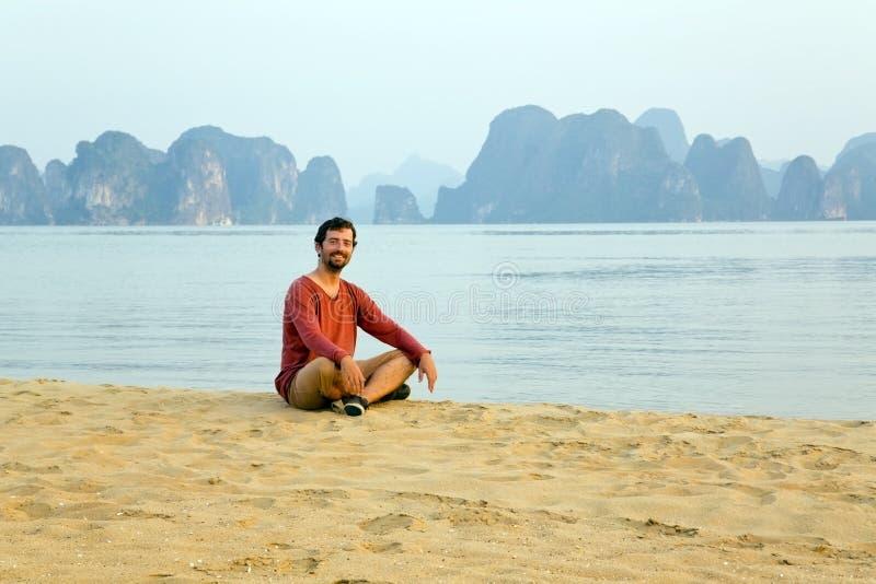 Homme de touristes à la plage, vue de chaux de baie de halong, Vietnam photographie stock