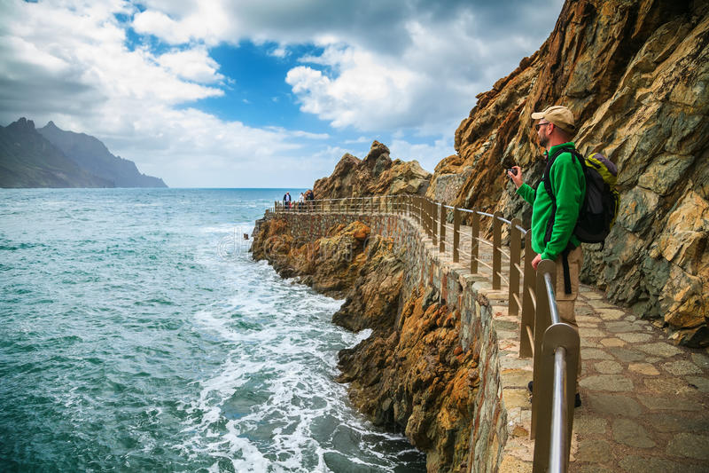 Homme de touristes appréciant le beau paysage chez le Playa Roque de l images stock