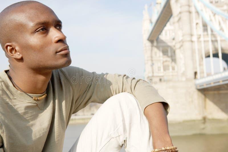 Homme de touristes en portrait de Londres. photos stock