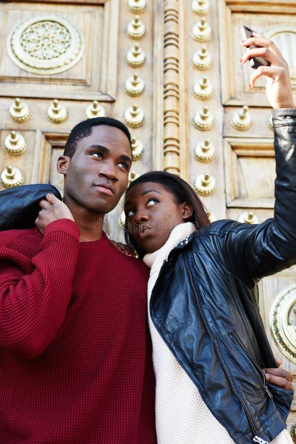 Homme de touristes et femme faisant l'autoportrait avec le téléphone portable image libre de droits