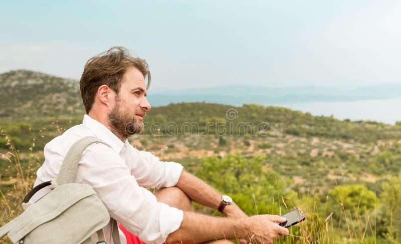 Homme de touristes faisant une pause tandis que voyage de montagne photographie stock libre de droits