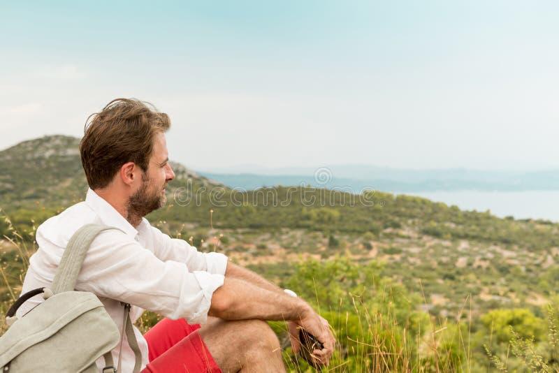 Homme de touristes faisant une pause tandis que voyage de montagne images stock