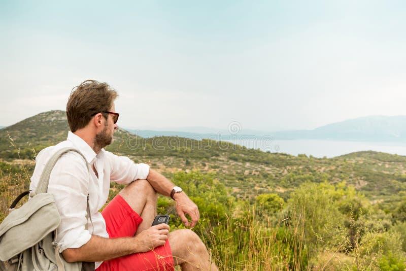 Homme de touristes faisant une pause tandis que voyage de montagne photo libre de droits