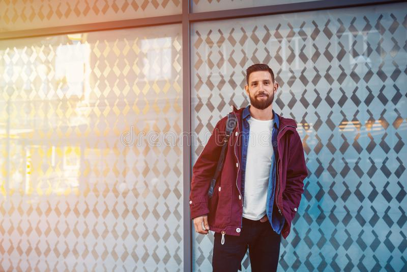 Homme de touristes de mannequin de rue extérieur Homme utilisant le sac noir et la veste pourpre, automne image libre de droits
