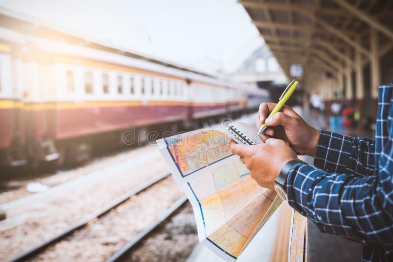 Homme de touristes prévoyant le voyage à la station de train de Bangkok photos stock