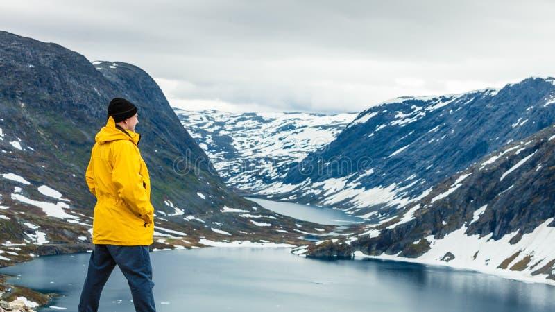 Homme de touristes se tenant prêt le lac Djupvatnet, Norvège image libre de droits