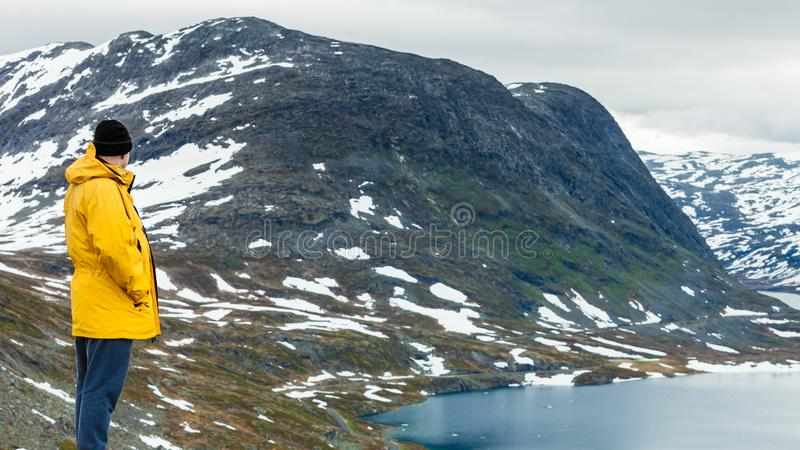 Homme de touristes se tenant prêt le lac Djupvatnet, Norvège images libres de droits